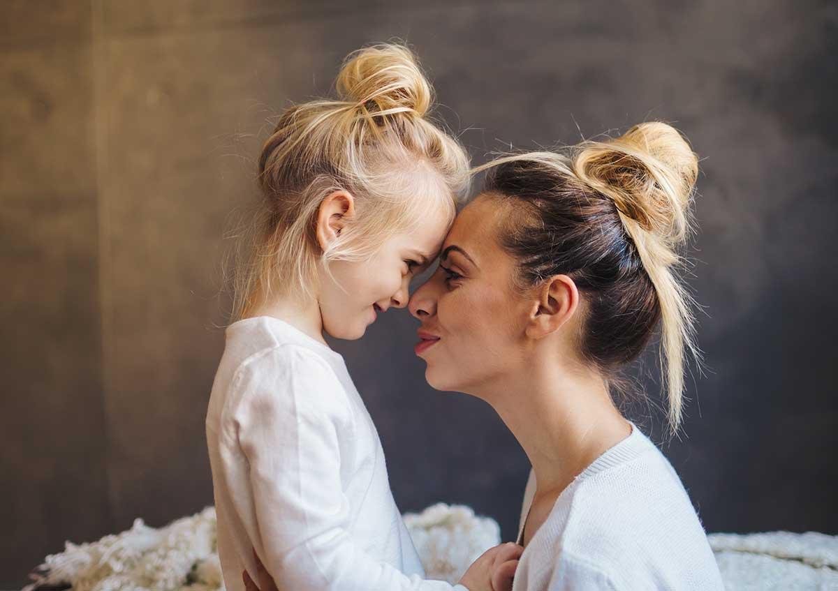 Boîte à Histoires : qui sommes-nous : bienveillance, une mère et sa fille, front contre fornt